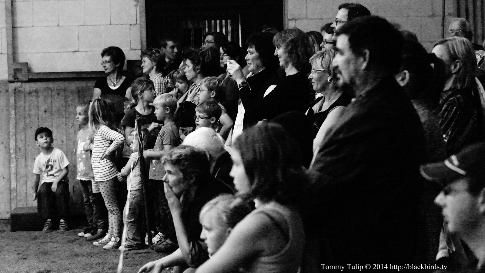 "Fotoserie ""A Crowd Of People Stood & Stared"""
